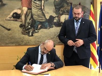 Miquel Buch signa al Llibre d'Honor de l'Ajuntament de Mataró