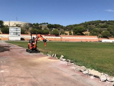 Un operari treballant en la retirada de l'antic paviment. Foto: Ajuntament