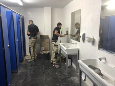 Obres a l'interior d'un dels lavabos del centre. Foto: Ajuntament