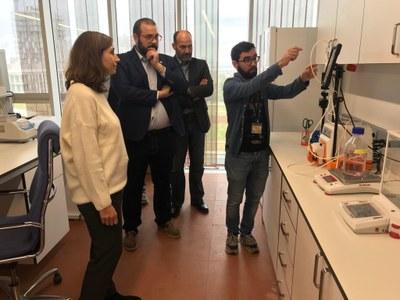 L'alcalde visitant el laboratori