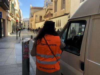Informadora al carrer de Sant Josep. Foto: Ajuntament