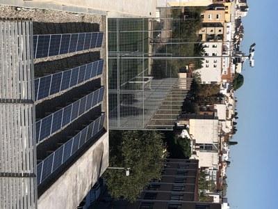 Plaques fotovoltaiques en una de les cobertes del Poliesportiu Teresa M. Roca i Vallmajor. Foto: Ajuntament