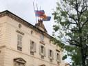 Les banderes de l'Ajuntament onegen a mig pal en senyal de dol per les víctimes del coronavirus
