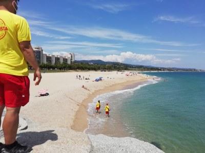 Les platges de Mataró comencen la temporada de banyamb socorristes i informadors per supervisar aforaments