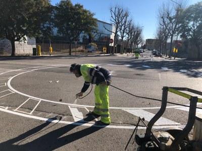 Senyalització d'una de les noves rotondes, a la confluència amb el carrer de Pablo Iglesias. Foto: Ajuntament