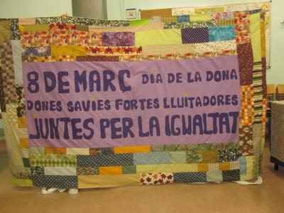 Pancartes al barri: Les dones teixim el futur, diverses...